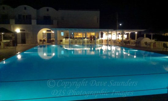 Kamari Beach Hotel: Pool and Bar at night