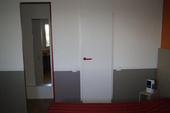 Hotel Premiere Classe Colmar Nord - Houssen : Tür zu Dusche