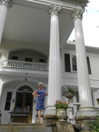 Albemarle Inn: Those columns spoke to my Scarlett O'Hara soul.