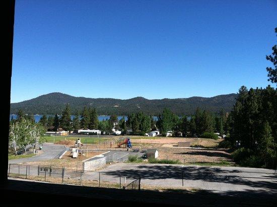 Honey Bear Lodge & Cabins: Lake view from balcony.