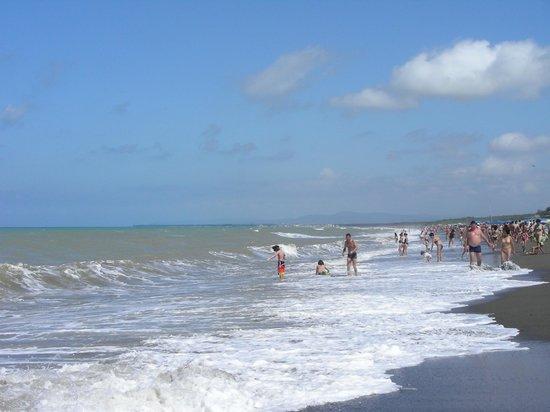 Camping Casa Di Caccia: la spiaggia con il mare un po' mosso
