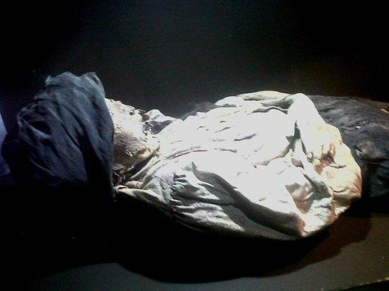 Museo de las Momias: Momia de una mujer indígena, aun se ve su reboso y trenza.