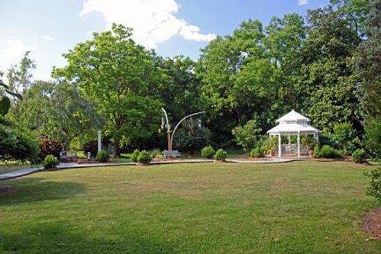 Arrowhead Inn : The open garden