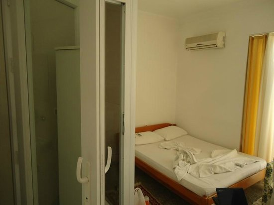 Irem Pansiyon: Room and door to shower/toilet
