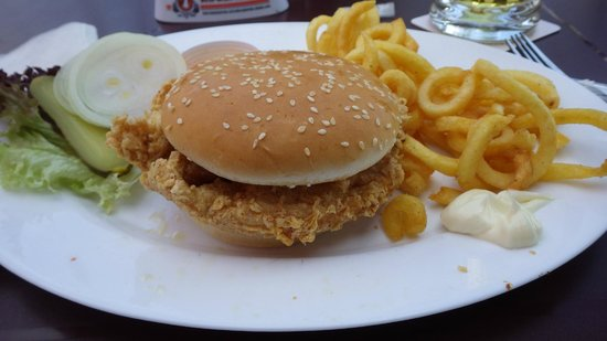 Hooters Interlaken: Chicken burger and curly fries