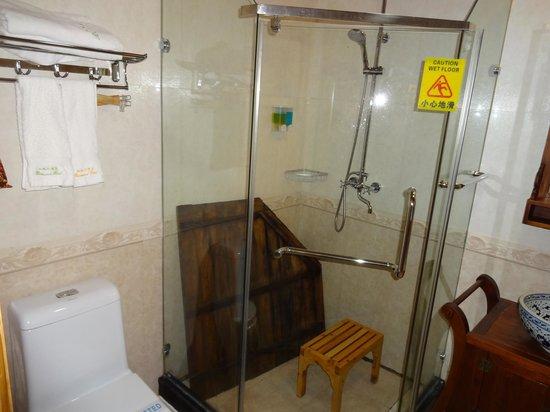 Rosewood Hotel: bagno con doccia