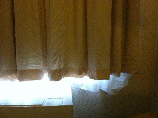 Quality Inn: curtain
