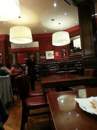 Restaurante Navarra: Decoración del restaurant... Un ambiente muy agradable y calido.