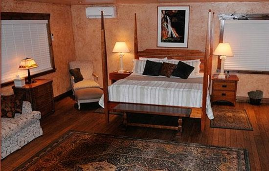 Canyon Vista Lodge - Bed & Breakfast: The rustic elegance of our spacious Sinewava Falls King Suite.