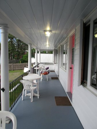 Sand Dollar Inn and Lily's Restaurant : Back porch