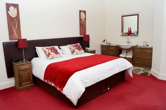 Ashbourne House: Comfortable bed and high quality bedding
