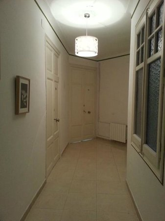 Que Tal: Pasillo que conduce los baños y otras habitaciones