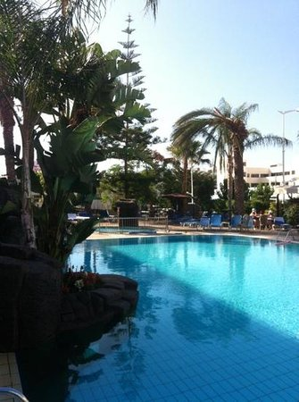 Melini Apartments: shaded pool