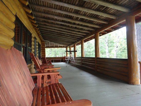 Clearwater Historic Lodge : Large porch of main lodge overlooks the lake