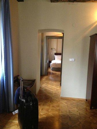 EA Residence U Bílé kuželky: Hallway to bedroom