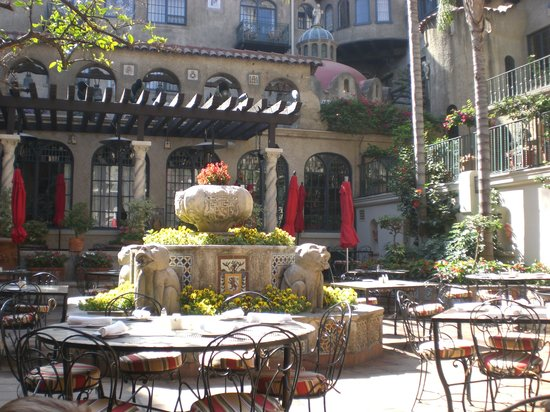 The Mission Inn Hotel and Spa: outdoor breakfast area