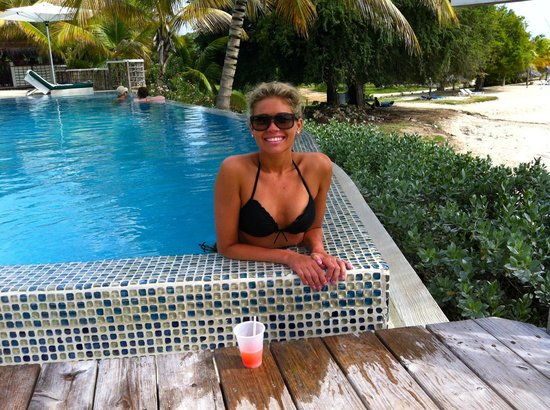 Cocobay Resort: Enjoying my rum punch down by the second pool