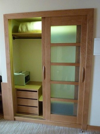 Hotel Lusitania: Very spacious lighted closet, with extra blanket and a safe