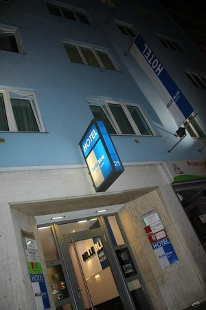Belle Blue Hotel: Out front in the evening - your need your key to get in!