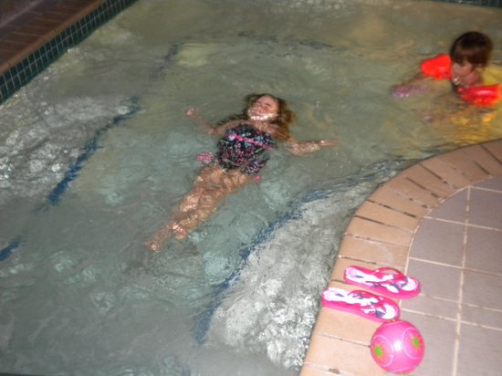 AmericInn Lodge & Suites Rhinelander: Enjoying the whirlpool.