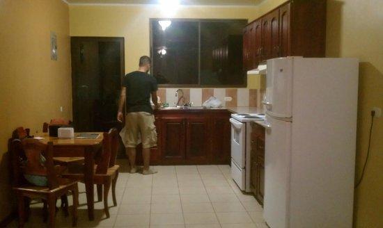 ApartHotel Tierra del Fuego: Kitchen.