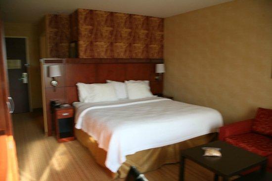 Courtyard Philadelphia Montgomeryville: kingsize bed