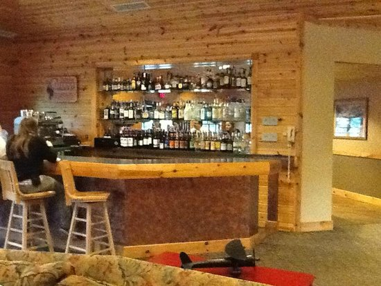 Sugar Lake Lodge: Hospitality bar across from fireplace