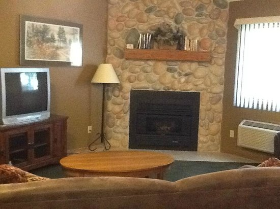 Sugar Lake Lodge: Living room in golf course condo