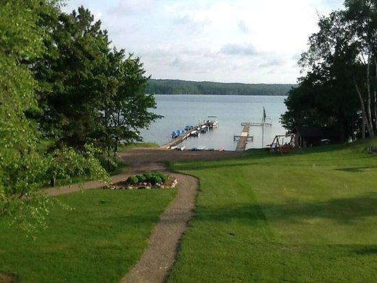 Sugar Lake Lodge: Lake view and docks from main lodge