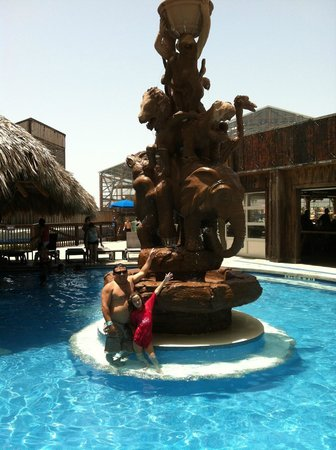 Schlitterbahn Beach Resort: Fountain at the Resort in the hot tub swim up bar-great drinks-you can byob in this area!!