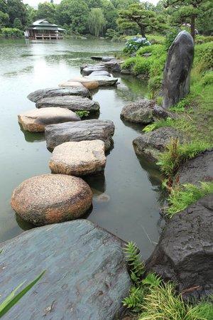 Kiyosumi Teien: 名石の上を歩く
