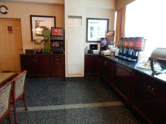 Hampton Inn by Hilton Ottawa: Cofee,Tea,Fruit all day long.