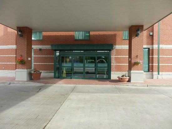 Hampton Inn by Hilton Ottawa: Hotel Main Entrance
