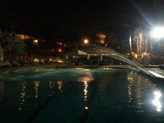 Hilton Trinidad & Conference Centre: The pool after hours