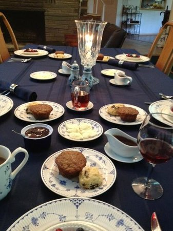Inn the Woods Bed and Breakfast: Table set for breakfast