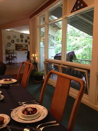 Inn the Woods Bed and Breakfast: Dining room with large picture window