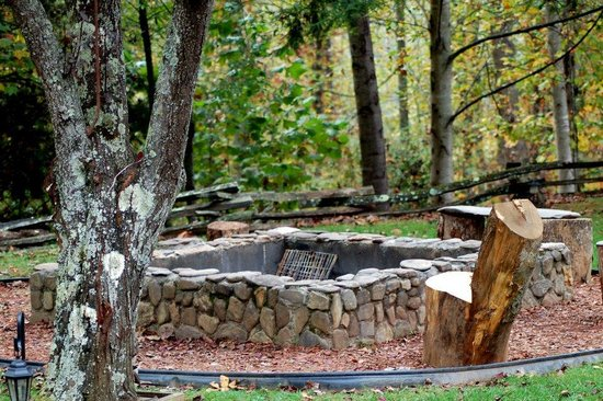 Sunset Farm Cabins: Firepit