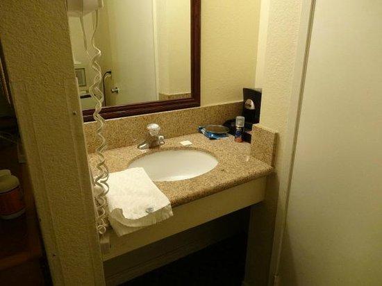 Super 8 Los Angeles/Alhambra: Separate sink area