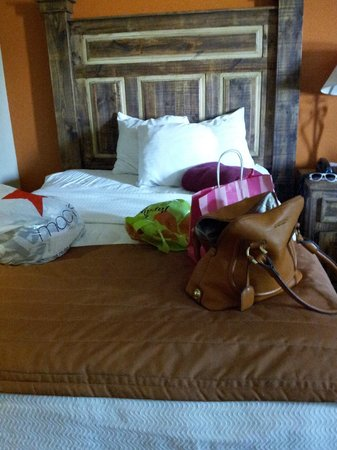La Hacienda Inn Alamodome/Riverwalk: One of the beds, fluffy pillows, and WHITE sheets