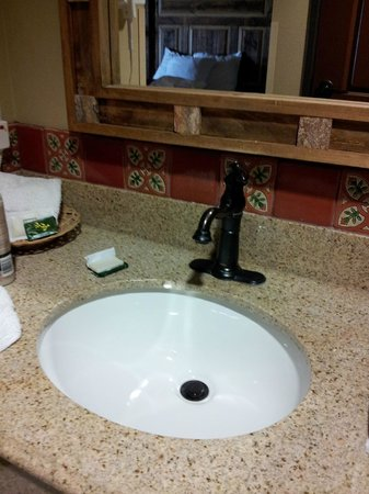 Knights Inn/La Hacienda Alamo Dome / Riverwalk: Large vanity area, we fit the things we needed just fine