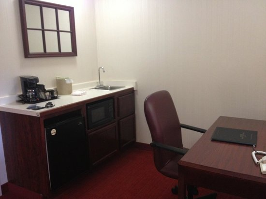 SpringHill Suites Minneapolis-St. Paul Airport/Eagan : Microwave Fridge Work Desk