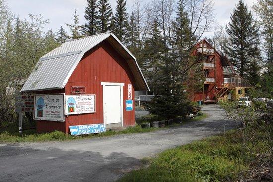 Le Barn Appetit Inn & Creperie: Le Barn Appetit-Road Entrance