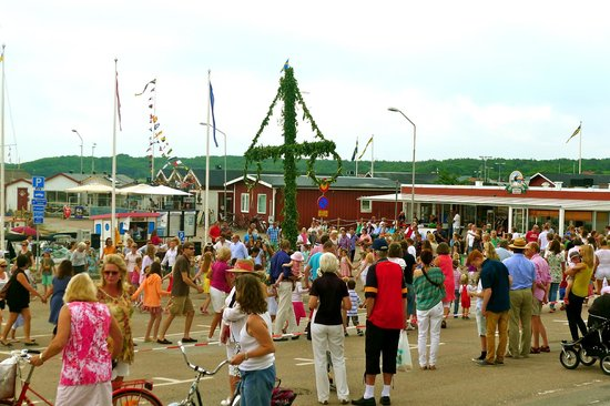 Hamnkrogen: Midsummer celebrations under the maypole