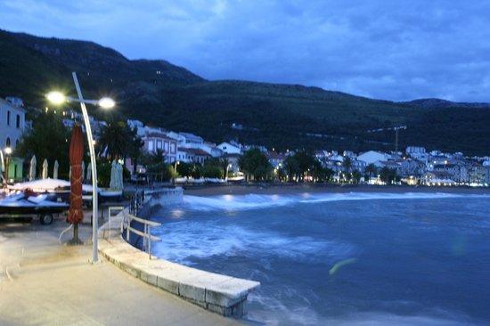Monte Casa Spa & Wellness : вечерний пляж в мае