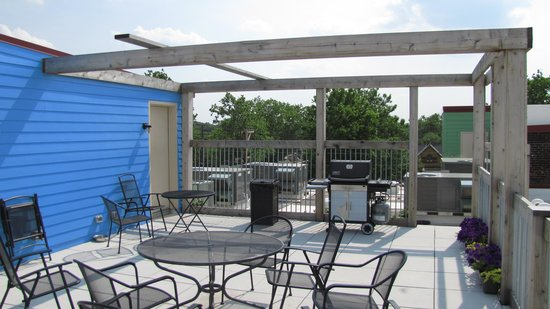 The Cleveland Hostel: Cleveland Hostel rooftop patio & BBQ