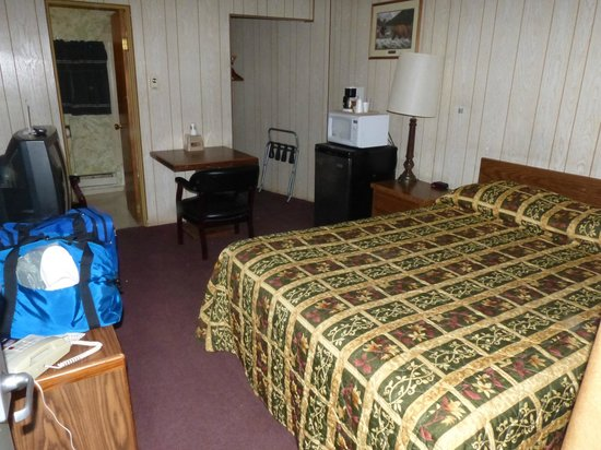 Budget Host Parkway Motel: Nearly the entire room