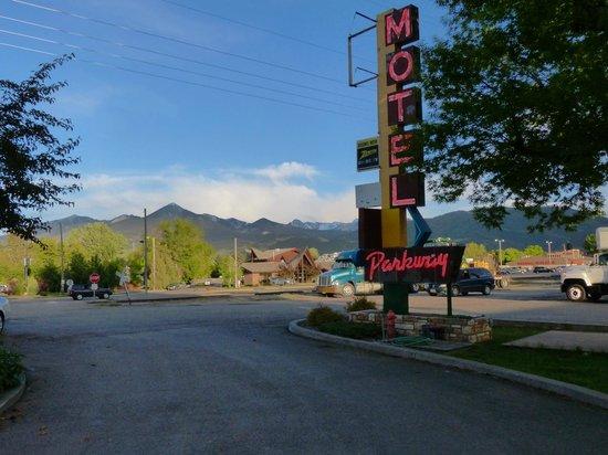 Budget Host Parkway Motel: Sign & entrance