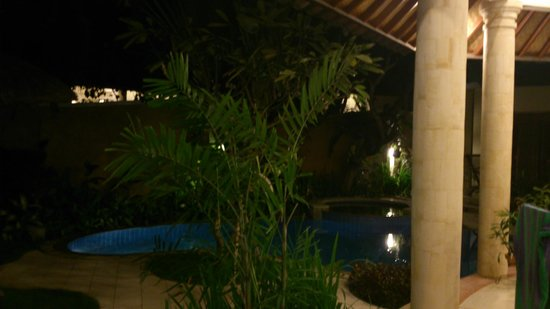 Bali Golden Villas: Night view of the pool