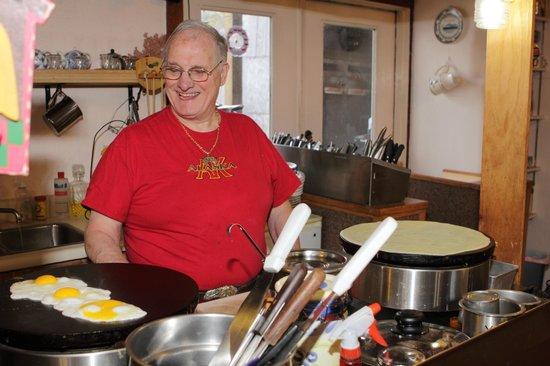Le Barn Appetit Inn & Creperie : Creperie-Chef Yvon