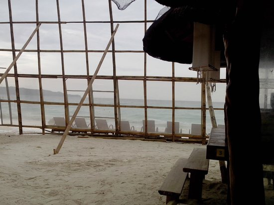 Sur Beach Resort: beachfront veiw from one of the cabanas